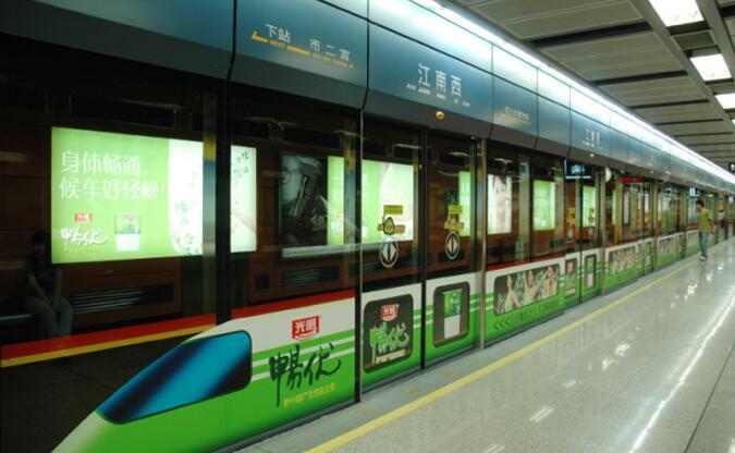 随着深圳地铁的建设和运营,深圳地铁灯箱广告也随之建立了完善的投放设备和广告位摆放,如今很多车站和线路的灯箱广告也随之投入了招商阶段,很多企业也将深圳地铁灯箱广告作为未来广告投放的重点区域和途径,今天我们来了解一下深圳地铁灯箱广告投放有哪几种规格的广告位可以选择。  (一)十二封灯箱广告位 十二封灯箱广告位是目前深圳地铁灯箱广告投放规格中效果最好的,因为十二封灯箱具备大的电子屏,所占的广告位面积也较大,是一种引人注目的广告宣传位置,在深圳地铁灯箱广告中十二封灯箱的数量有限,所以企业如果想要投放十二封灯箱广告